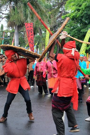 Tradisi karaci menjadi salah satu tradisi yang ditampilkan dalam Festival Moyo