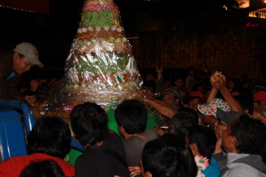 Tradisi ngalap berkah biasanya digelar saat perayaan malam satu Suro berlangsung