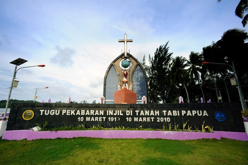 Tugu Pekabaran Injil di Tanah Tabi yang terletak di pulau Debbie