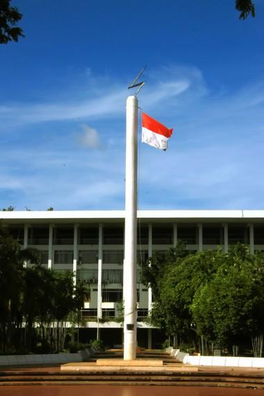 Tugu Petir biasa digunakan sebagai tiang untuk mengibarkan bendera merah putih
