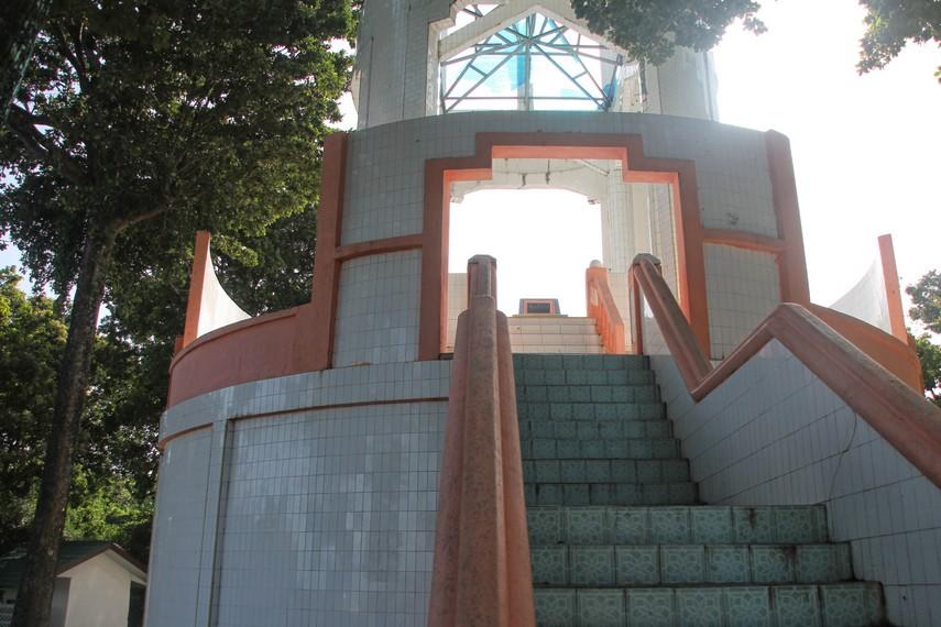 Tugu ini dibangun di Pulau Weh karena akses menuju koordinat terbarat yang sesungguhnya sulit ditempuh