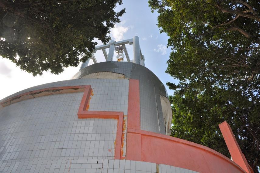 Tugu ini merupakan simbol dari titik koordinat terbarat Indonesia yang sebenarnya terletak di Pulau Rondo