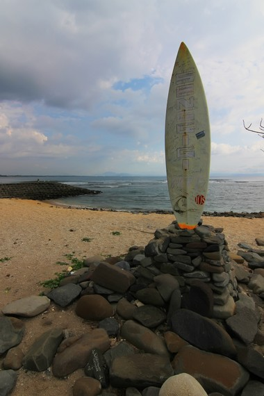 Tugu papan selancar menjadi maskot sebelah timur Pantai Senggigi