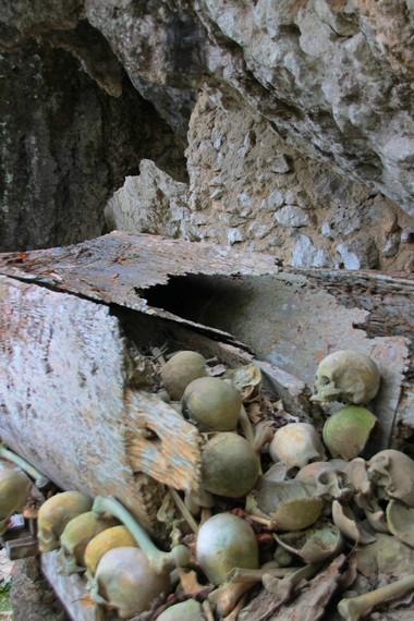 Tulang-belulang sengaja dibiarkan, karena ada anggapan jenazah yang sudah melewati upacara rambu solok arwahnya sudah mencapai puya