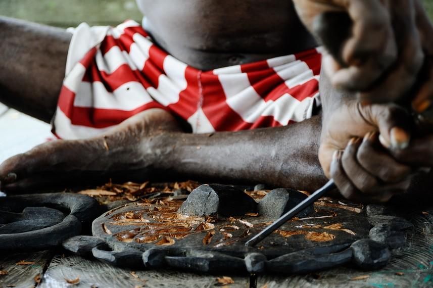 Ukiran Asmat yang terkenal merupakan kerajinan tangan dari kayu yang-sangat di minati bagi wisatawan