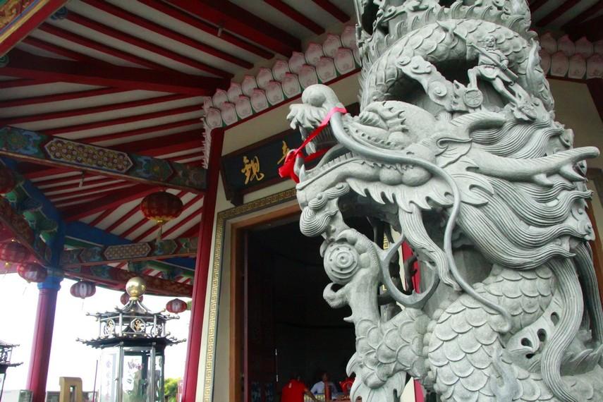 Ukiran naga di depan pintu masuk Pagoda Avalokitesvara Buddhagaya Watugong