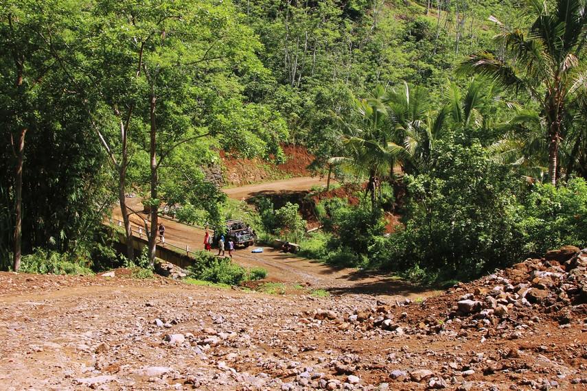 Untuk dapat sampai ke Desa Tepal, pengunjung akan melewati turunan yang curam