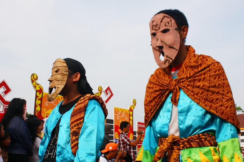 Untuk membangkitkan kemeriahan, selain menggunakan topeng, peserta juga mengenakan busana warna-warni