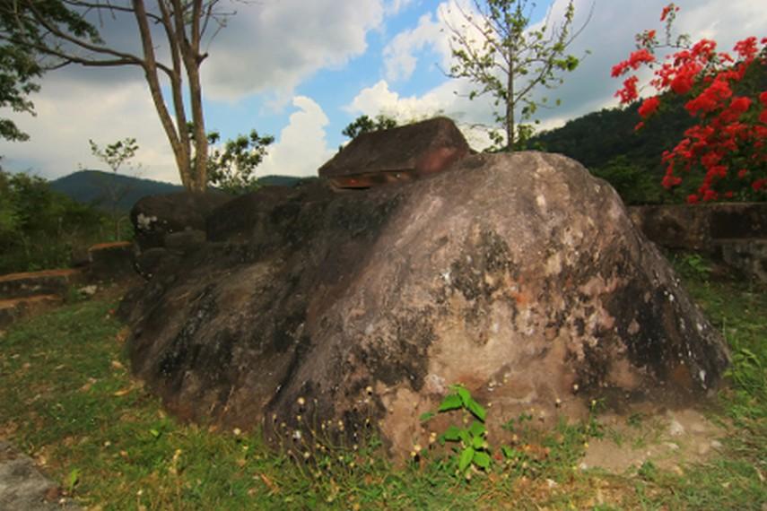 Untuk sampai ke Situs Batu Sarkofagus ini, Anda harus menempuh 30 km dari Kota Sumbawa Besar