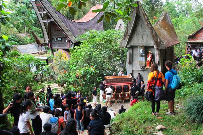 Upacara rambu solo menjadi tontonan yang menarik bagi wisatawan lokal maupun asing