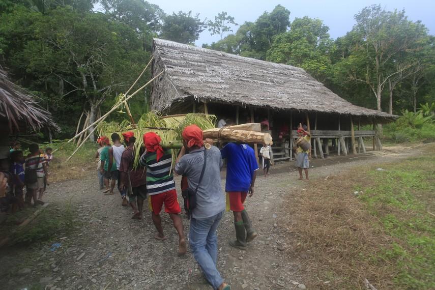 Upacara adat Suku Naulu dalam mendirikan rumah