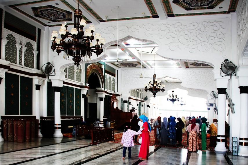 Versi kedua menyebut masjid ini dibangun pada 1612 M oleh Sultan Iskandar Muda