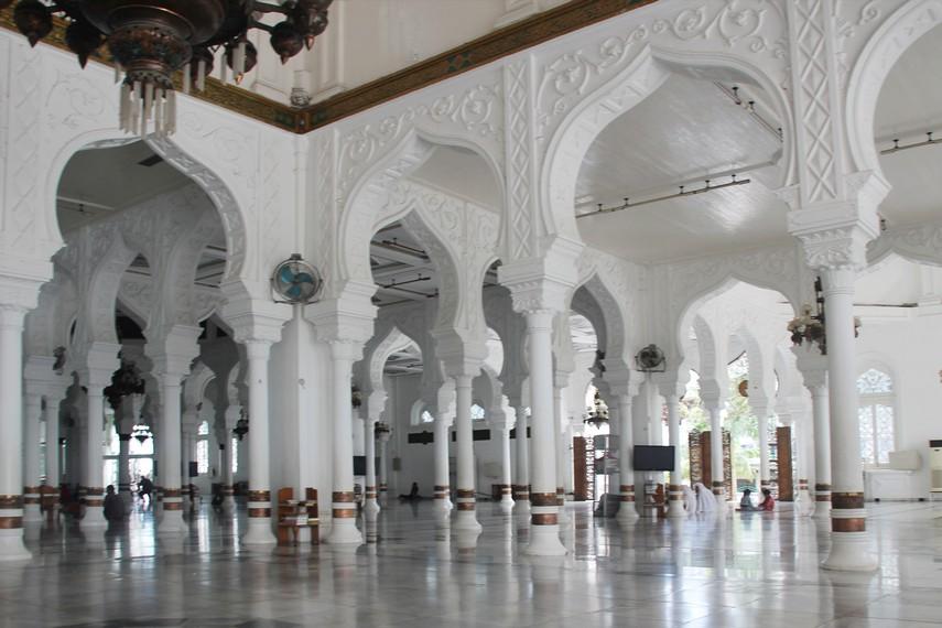 Versi pertama menyebut masjid ini dibangun oleh Sultan Alauddin Johan Mahmudsyah pada tahun 1292 M