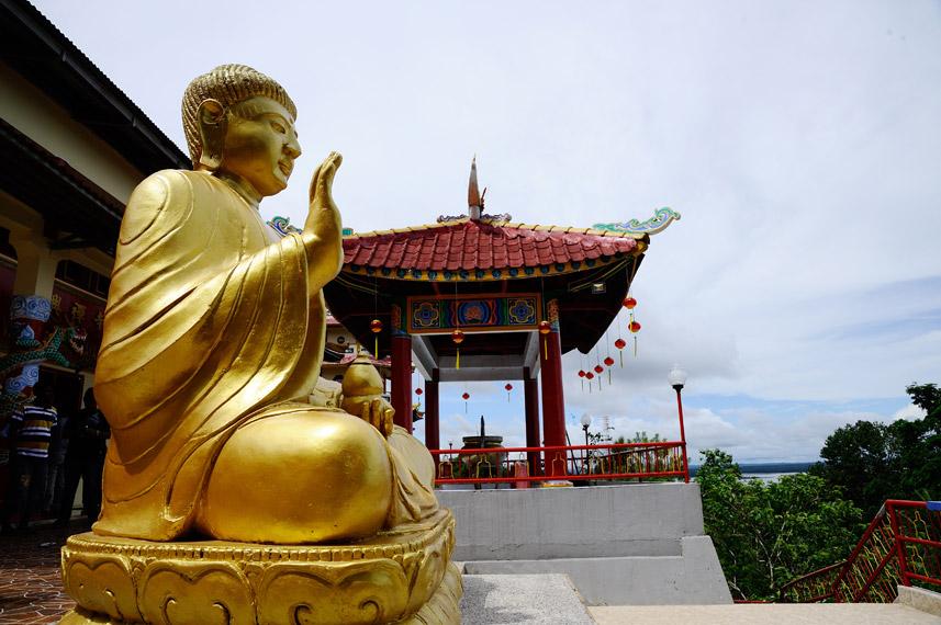 Patung Buddha yang menghadap ke panorama kota Sorong
