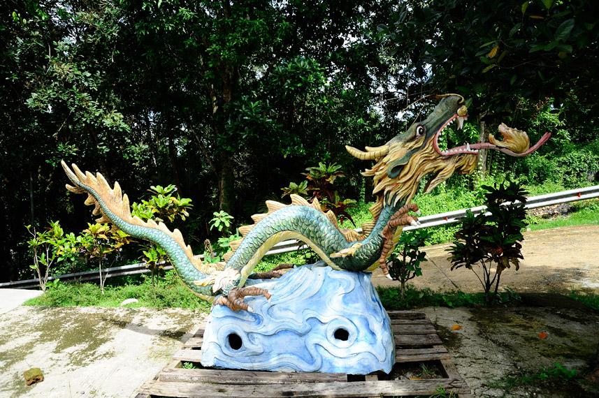 Patung Naga yang ada di area parkir kendaraan