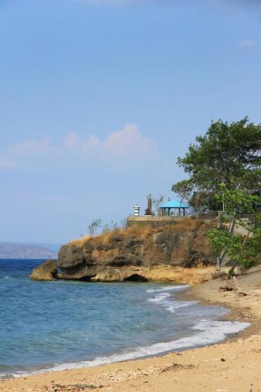 Walau dikelola oleh sebuah penginapan, Pantai Kencana dapat dikunjungi wisatawan umum