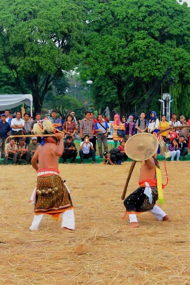 Walau saling mencambuk, selesai pementasan kedua penari tetap saling menghormati dan berjiwa satria