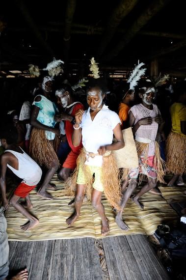 Wanita Asmat yang menari tarian Panen Sagu