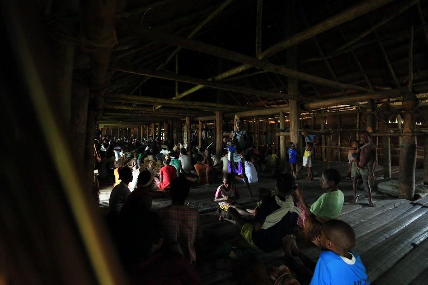 Warga desa yang mengadakan pertemuan di rumah bujang
