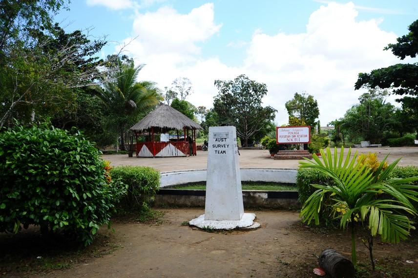 Warga setempat membuat taman ini agar perbatasan memiliki kesan ramah dan menarik untuk dikunjungi