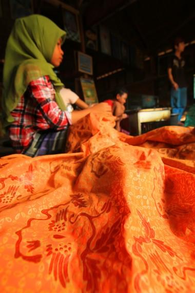 Warna-warna terang menjadi salah satu ciri batik sasambo khas NTB