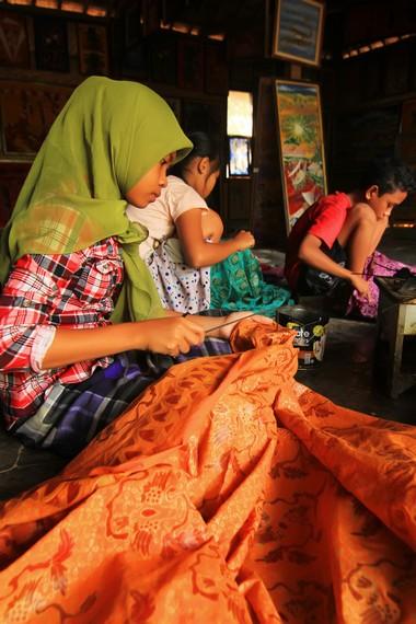 Warna batik sasambo biasanya disesuaikan dengan masing-masing etnis yang ada di NTB