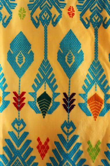 Warna cerah dan motif rumah khas Sasak menjadi salah satu pilihan dalam membuat motif kain
