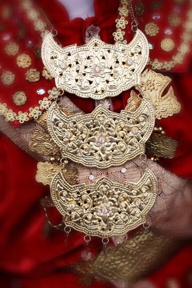 Warna keemasan yang dominan pada busana pengantin yang menjadi simbol kejayaan