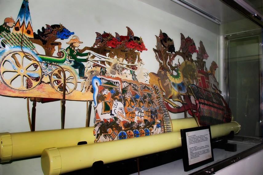 Wayang-wayang di museum ini tersimpan rapih di sembilan unit di sebelah pendopo