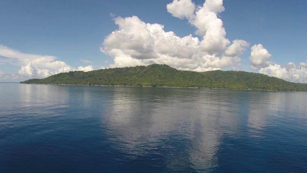 Wilayah daratan pulau Ambon yang terlihat dari Pantai Sopapei