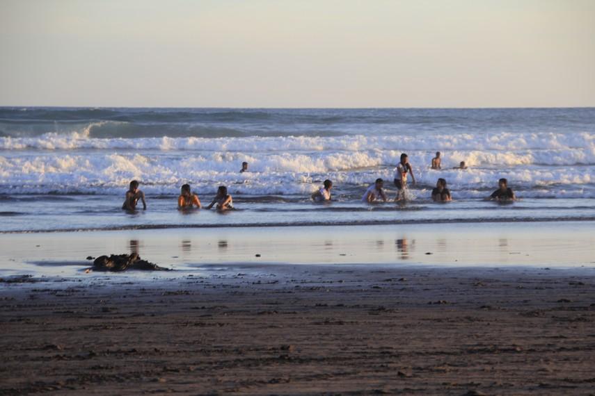 Suasana wisatawan sedang menikmati ombak Pantai Parangtritis