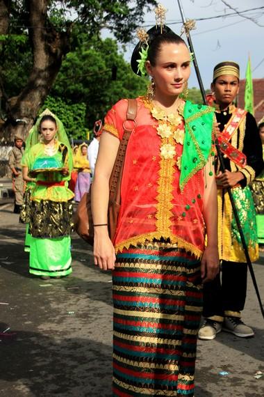 Wisatawan asing pun tidak mau ketinggalan ikut ambil bagian dalam Festival Moyo