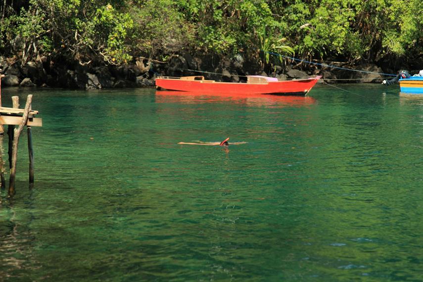 Wisatawan berenang di Saomadaha yang tampak seperti Laguna