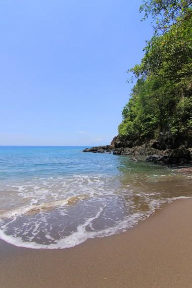 Wisatawan dapat menyewa kendaraan umum untuk bisa sampai ke Pantai Malimbu