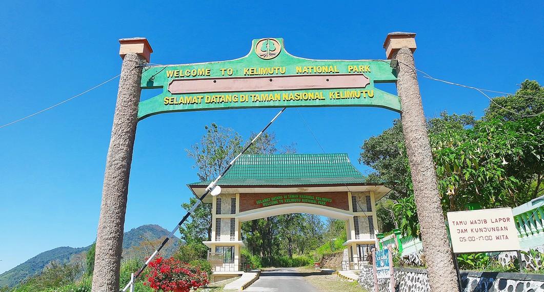 Wisatawan harus menempuh perjalanan sekitar 45 km dari Ende atau 13 km dari Kampung Moni
