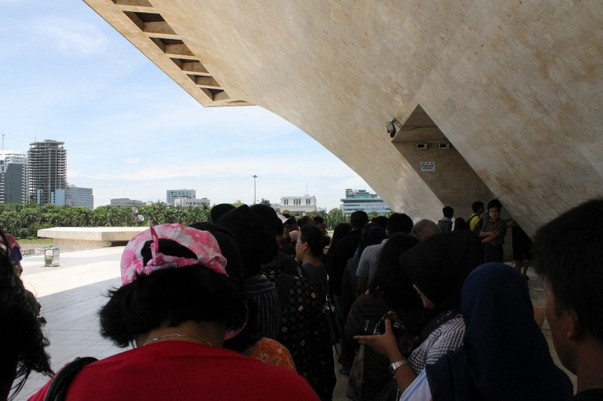 Antrian pengunjung menuju puncak Monumen Nasional