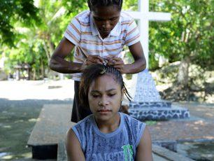 Kecantikan Wanita Dalam Anyaman Rambut Khas Papua