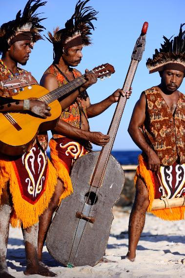 Instrumen-instrumen modern pun kini dipakai untuk melengkapi lagu Atawenani