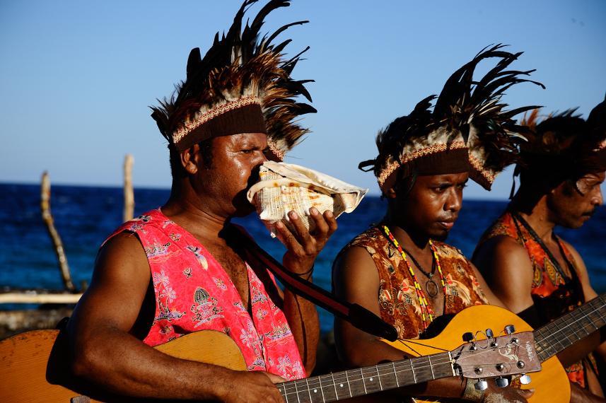 Taburah yang merupakan salah satu alat musik yang dipakai memainkan lagu atawenani