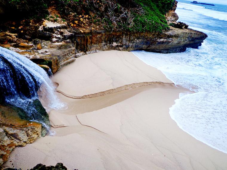 Penampakan Banyu Tibo, air terjun dari bibir pantai