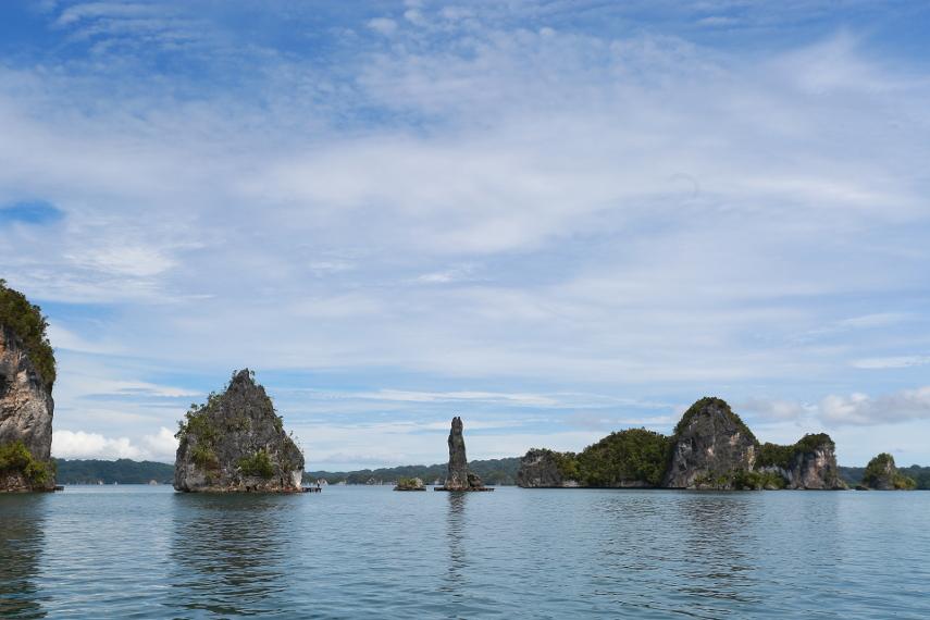 Langit yang begitu cerah semakin menyempurnakan keberadaan Batu Pensil