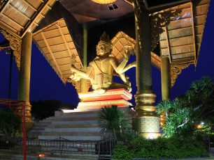 Mengagumi Patung Buddha 4 Wajah di Surabaya