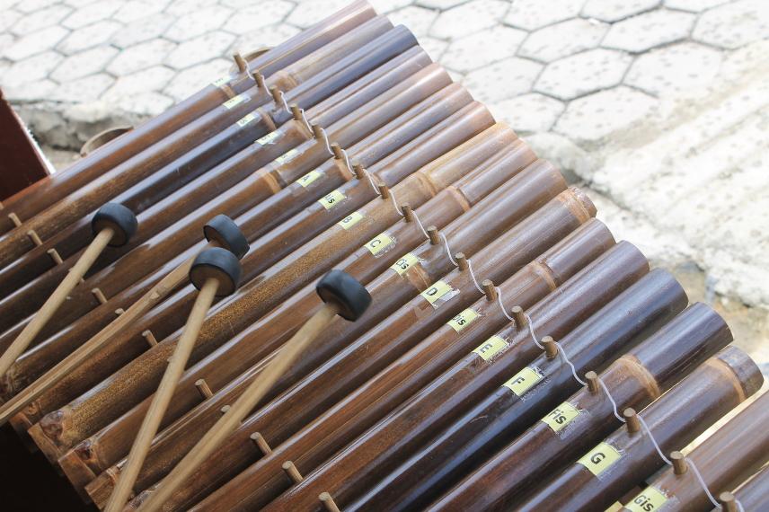 Calung terbuat dari bambu berjenis awi wulung dan awi temen