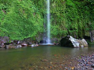 Eksotika Air Terjun yang Berubah Jadi Embun