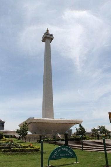Daya tarik Monumen Nasional terletak pada lapisan emas yang melapisi tugu ini