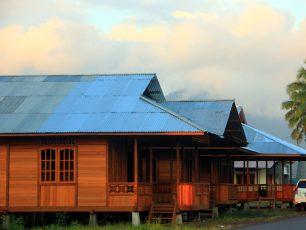 Menyambangi Desa Woloan, Markas Pengrajin Rumah Adat Minahasa