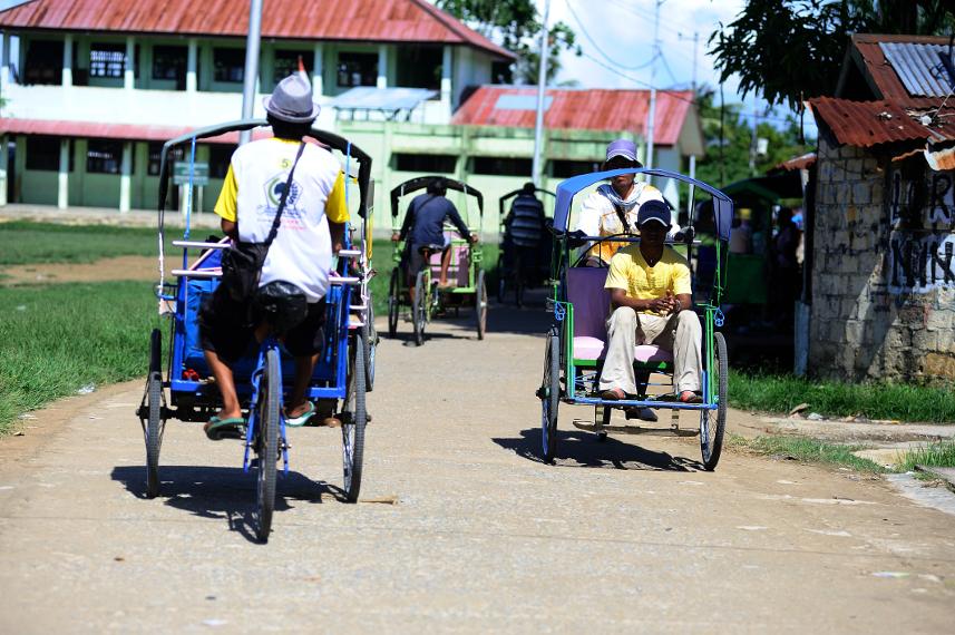 Becak merupakan salah satu alat transportasi umum yang ada di Pulau Doom