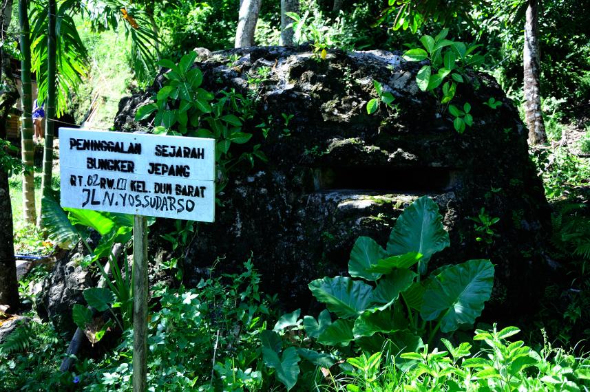 Salah satu bunker yang pernah di bangun jepang sebagai pertahanan perang yang tersisa di Pulau Doom