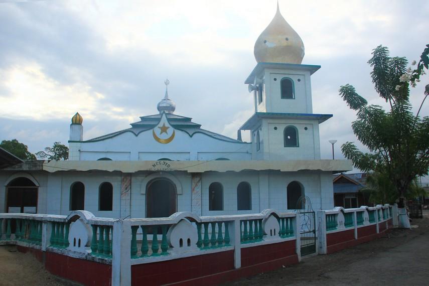 Uniknya, masyarakat Desa Tumbak kebanyakan berasal dari Jawa, Bali, dan Bugis yang sebagian besar menganut agama Islam