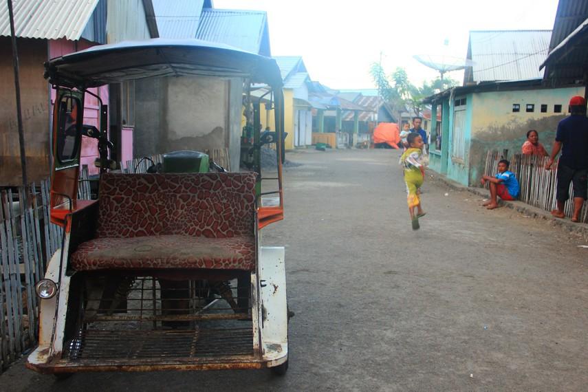 Desa Tumbak memiliki luas tidak lebih dari 2 hektar dan dihuni oleh sekitar 400-an kepala keluarga